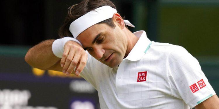 ARCHIVO - En imagen de archivo del 7 de julio de 2021, el suizo Roger Federer se limpia el sudor durante un partido en los cuartos de final de hombres ante el polaco Hubert Hurkacz, en Wimbledon, Londres. (AP Foto/Kirsty Wigglesworth, archivo)