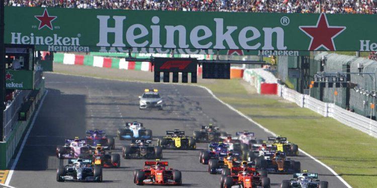 En esta imagen de archivo, tomada el 13 de octubre de 2019, monoplazas toman la salida del Gran Premio de Japón de Fórmula Uno, en el circuito de Suzuka, en el centro de Japón. (AP Foto/Toru Hanai, archivo)