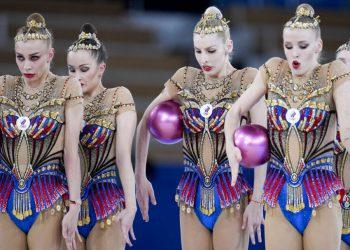 El equipo de gimnasia rítmica del Comité Olímpico de Rusia Anastasia Bliznyuk, Anastasiia Maksimova, Angelina Shkatova, Anastasiia Tatareva y Alisa Tishchenko, actúan durante la final de gimnasia rítmica por equipos, el 8 de agosto de 2021, en Tokio, Japón. (AP Foto/Natacha Pisarenko)