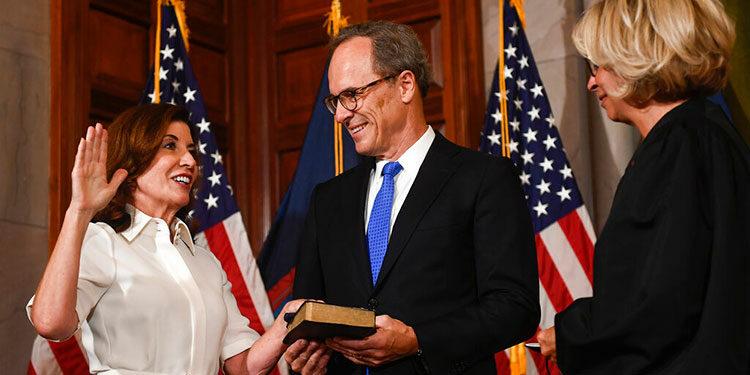 Kathy Hochul se convirtió el martes en la primera mujer gobernadora del estado de Nueva York