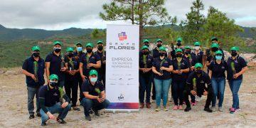 """Colaboradores del Grupo Flores participaron en la campaña """"Construyendo un Mundo Verde Sostenible"""", desarrollada en alianza con el Instituto de Conservación Forestal (ICF) y voluntariado corporativo."""