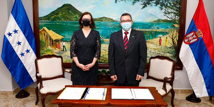 En representación de Honduras firmó el vicecanciller José Isaías Barahona, y por Serbia, la nueva embajadora en el país, Tatjana Conić.