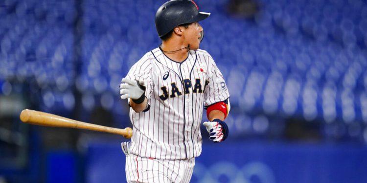 El japonés Tetsuto Yamada lanza el bate tras conectar un doble de tres carreras en el octavo inning de las semifinales del torneo olímpico de béisbol que enfrentó a su país con Corea del Sur, el 4 de agosto de 2021, en Yokohama, Japón. (AP Foto/Matt Slocum)