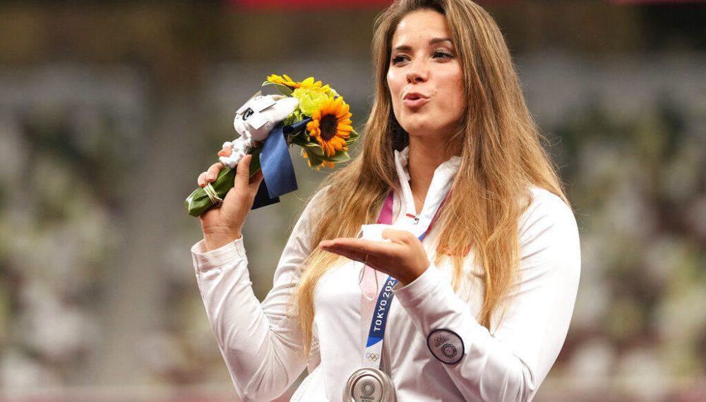 La polaca Maria Andrejczyk, ganadora de una medalla de plata en el lanzamiento de jabalina en los Juegos Olímpicos de Tokio 2020, durante la ceremonia de premiación, el sábado 7 de agosto de 2021. (AP Photo/Martin Meissner)