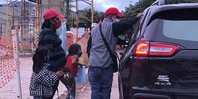 Familias enteras deambulan en los alrededores de los centros comerciales mendingando dinero para subsistir.