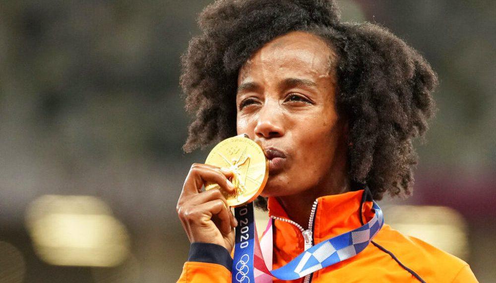 La holandesa Sifan Hassan besa su medalla de oro en la prueba de los 10.000 metros en los Juegos de Tokio, el 7 de agosto de 2021, en Tokio, Japón. (AP Foto/Martin Meissner)