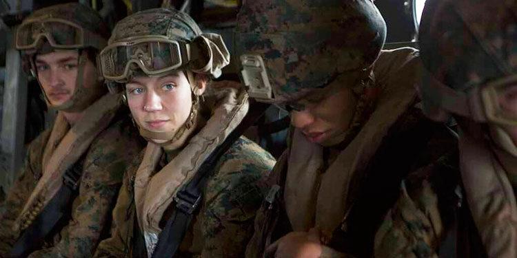 Esta foto publicada por el Cuerpo de Marines de EEUU el 26 de agosto de 2021, se ve a la sargento Nicole L. Gee, mientras apoya las operaciones de evacuación en Kabul, Afganistán. Gee fue uno de los 13 soldados estadounidenses muertos en el atentado cerca del aeropuerto internacional en Kabul. (Foto U.S. Marine Corps/II Marine Expeditionary Force vía AP)