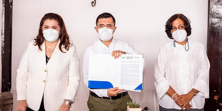 Miriam Kafie, gerente de RSE de Lacthosa; Franklin Castañeda, director para Panthera Honduras y Anabel Gallardo, presidente de la Fenagh.