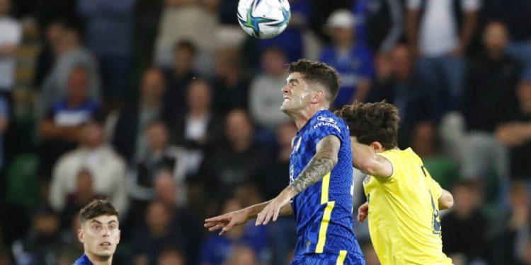 En foto del 11 de agosto del 2021, Christian Pulisic del Chelsea salta para un cabezazo con Pau Torres del Villarreal en la Super Copa de la UEFA. El 18 de agosto del 2021, Estados Unidos presentará una alineación más amplia para sus 3 juegos en 7 días de la clasificación a la Copa del Mundo. (AP Foto/Peter Morrison)