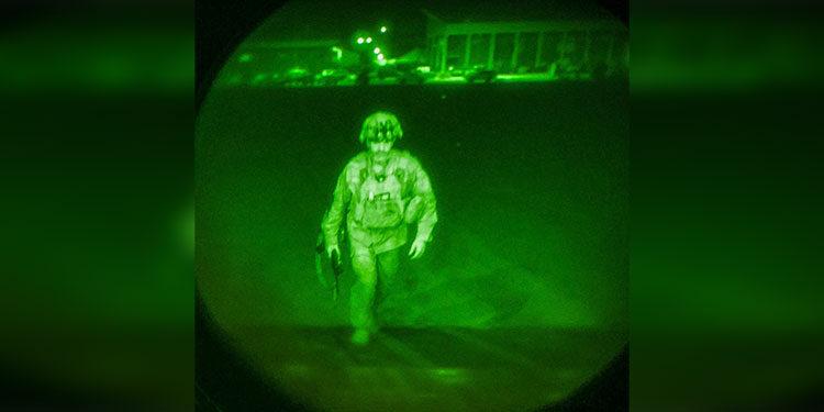 Imagen cortesía del Departamento de Asuntos Públicos del Comando Central de EE. UU., El mayor general Chris Donahue, comandante de la 82.a División Aerotransportada del Ejército de EE. UU., XVIII Cuerpo Aerotransportado, aborda un avión de carga C-17 en el Aeropuerto Internacional Hamid Karzai en Kabul, Afganistán, en agosto. 30, 2021. El General de División Donahue es el último miembro del servicio estadounidense en salir de Afganistán; Su partida cierra la misión estadounidense de evacuar a ciudadanos estadounidenses, solicitantes de visas especiales de inmigrantes afganos y afganos vulnerables. Jack Holt / Comando Central de EE. UU. (CENTCOM) / AFP