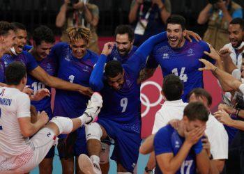 Los jugadores de Francia celebran tras conquistar la medalla de oro tras vencer a Rusia en el vóleibol de los Juegos Olímpicos de Tokio, el sábado 7 de agosto de 2021. (AP Foto/Frank Augstein)