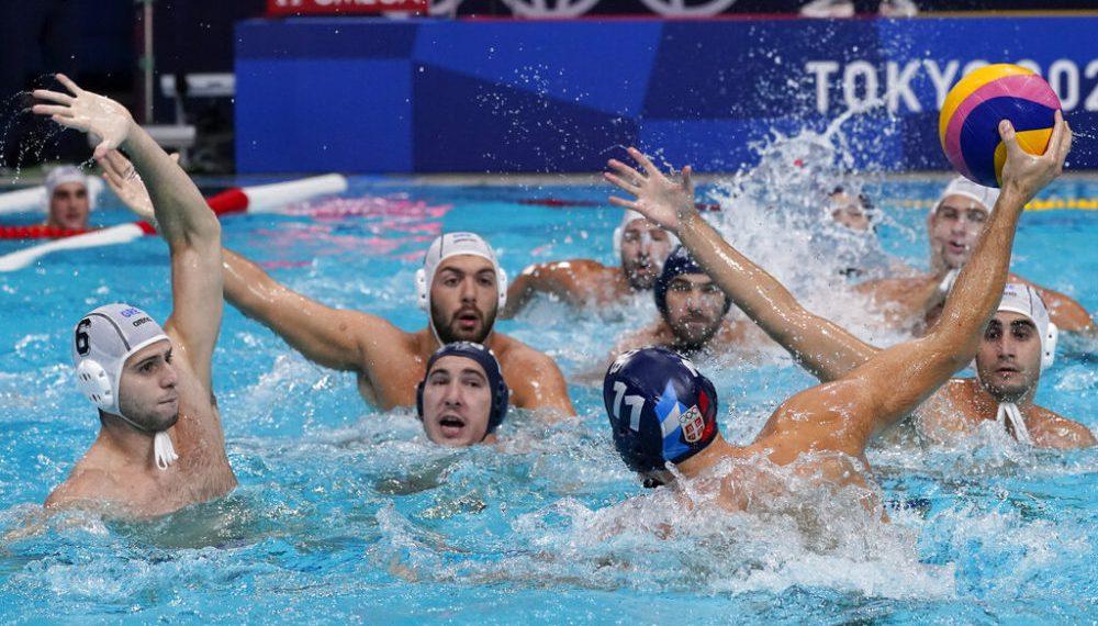 El griego Alexandros Papanastasiou (6) defiende ante el serbio Andrija Prlainovic (11) durante la final del water polo de los Juegos Olímpicos de Tokio, el domingo 8 de agosto de 2021. (AP Foto/Mark Humphrey)