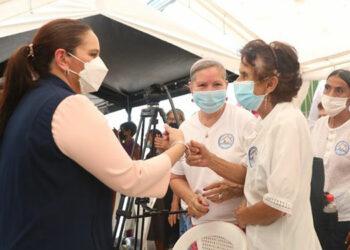 Los adultos mayores beneficiados con el Centro de Cuidado Diurno recibieron con alegría a la Primera Dama, Ana García de Hernández.