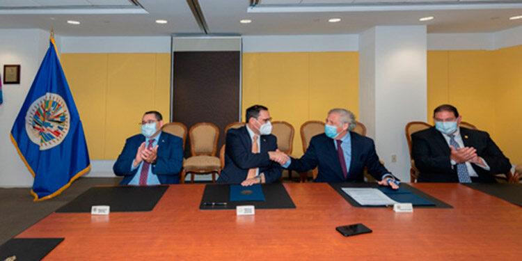 El secretario general de la OEA, Luis Almagro y el canciller de Honduras, Lisandro Rosales, suscribieron el convenio en la sede del organismo continental.