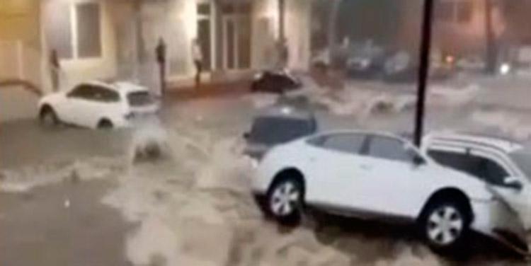 En San Pedro Sula, unos ocho autos fueron dañados por las fuertes correntadas.