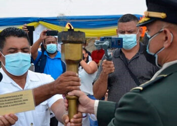 Alcalde de Potrerillos, Erlin Duarte, recibe la antorcha.