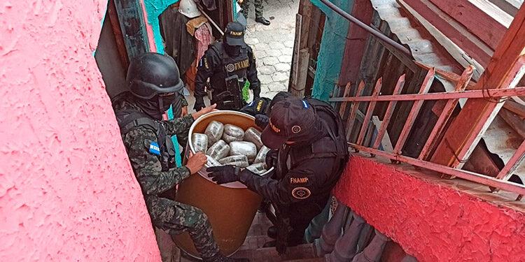 El centro de almacenaje de drogas de la pandilla 18 fue localizado en la colonia Faldas de El Pedregal, zona sur de la capital.