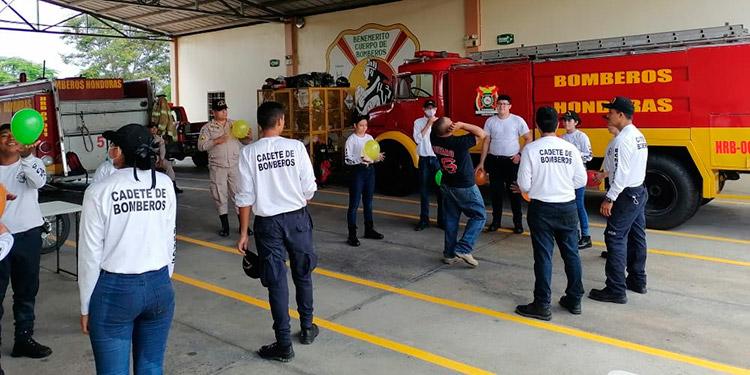 Los jóvenes participantes están preparados para rescates técnicos y técnicas de supervivencia en incendios forestales.