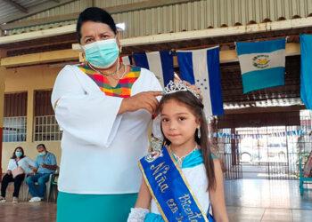 """Ally Fernanda Cruz Antúnez (6), del primero B, de la escuela """"Pedro Nufio"""", fue coronada como la """"Niña Bicentenario""""."""