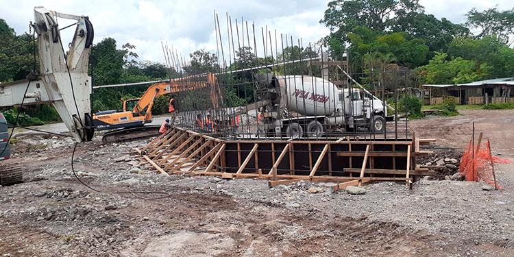 """Los trabajos de construcción del puente marchan """"a todo vapor""""."""