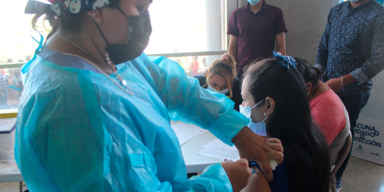 La vacuna contra el COVID-19 ahora se aplicará en los centros de salud capitalinos, a embarazadas y adolescentes.