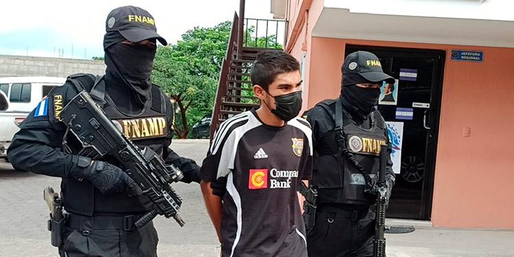 """Durante la captura los agentes, a """"El Chino"""" le han decomisado un arma de fuego y dinero en efectivo producto del cobro de extorsión."""