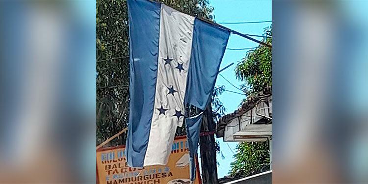 Así luce la Bandera Nacional sin que ninguna autoridad haya hecho algo al respecto.