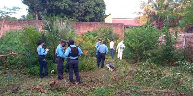 En medio de la maleza fue encontrado el cuerpo sin vida de Heymi Yosmary Flores Osorto en barrio Los Magos de la ciudad de Choluteca.