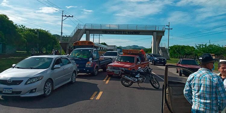 La toma de la carretera ocasionó el congestionamiento vehicular.