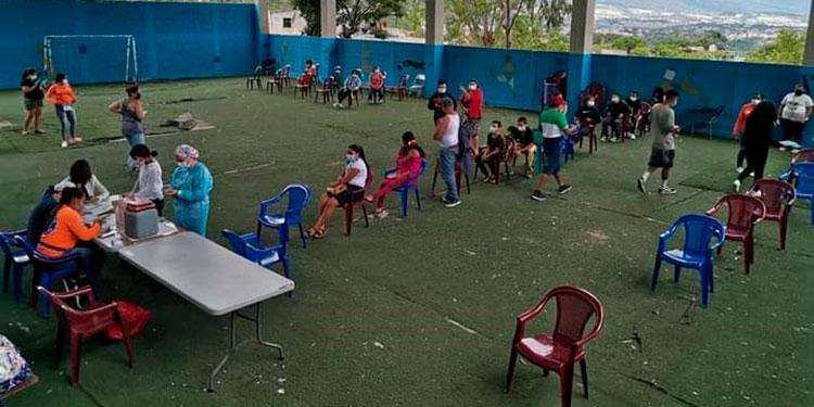 Salud inició el pilotaje de vacunación anticovid en institutos educativos emblemáticos de la capital, para tratar de llegar a más población.