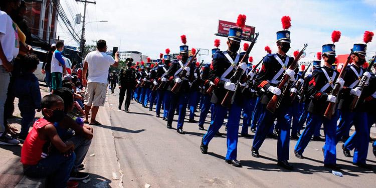 Un pelotón militar se desplaza por el bulevar Suyapa sin la afluencia masiva de otros años.