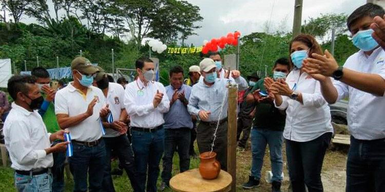 El alcalde Carlos Miranda, en la inauguración del sistema de agua potable en la comunidad de La Laguna junto a miembros del patronato.