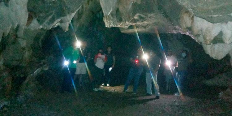Los visitantes deben portar linternas para poder realizar el recorrido que se permite por las Cuevas de Talgua, en Olancho.