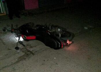 La motocicleta en que llegaron los maleantes, uno de ellos logró darse a la fuga.