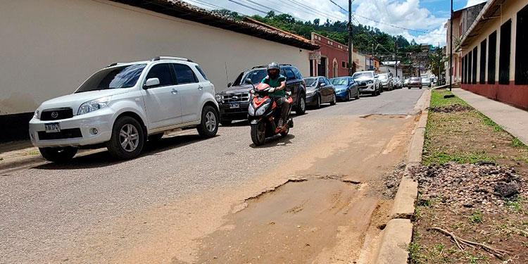 Pobladores y automovilistas lamentaron que hace 15 días se hicieron cortes para bacheo, pero solo se rellenaron con tierra.