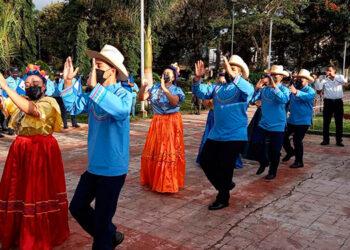 """Colorida celebración en la """"Plaza Darío González"""", en la ciudad de Danlí, El Paraíso."""