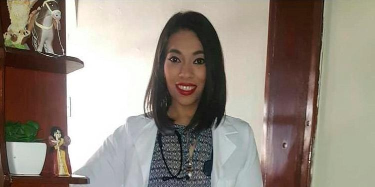 Sin importar el riesgo de contagio, la doctora Malyn Zelaya atiende a pacientes con COVID-19 en sus casas.