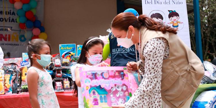 La Primera Dama, Ana García de Hernández, les festejó el Día del Niño a los escolares de la aldea El Durazno, en el Distrito Central.