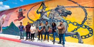 """Artistas muralistas en la """"Calle Bicentenario 1821-2021"""", de El Paraíso."""