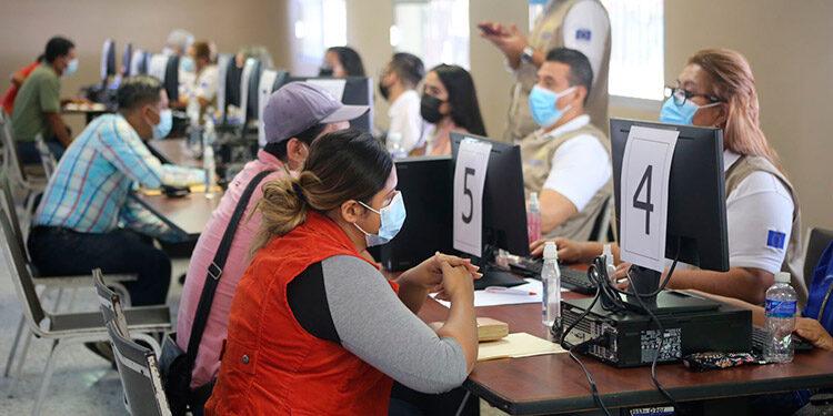 Miles de sampedranos con currículum en mano llegaron al tercer Empleatón, en busca de una oportunidad laboral.