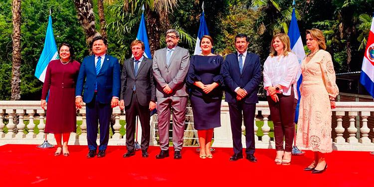 La ofrenda floral se colocó, el pasado 15 de septiembre, frente al monumento del general Francisco Morazán que está ubicado en el parque del Buen Retiro.