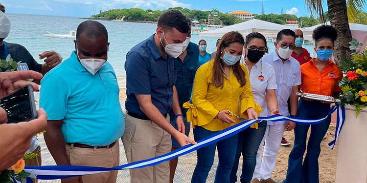 David Bodden, Dino Silvestri, Olga Alvarado, Ivette Zelaya y Moisés Izaguirre, durante  el corte de la cinta inaugural de la playa inclusiva de Roatán.