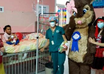 Para Laura Suazo, presidenta de Fuluzca, no hay mayor recompensa que ver la alegría de los niños del hospital, en su día.