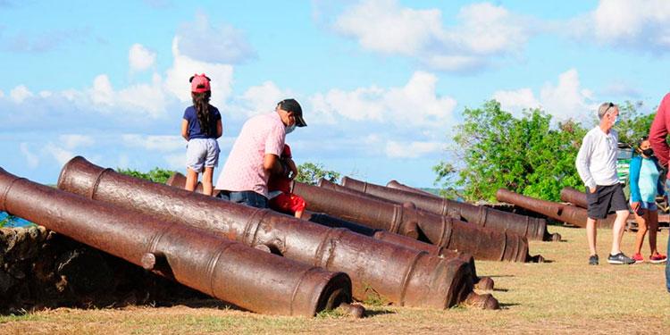 Muchos extranjeros frecuentan los históricos cañones que utilizaban españoles en la antigüedad con el fin de proteger la zona.