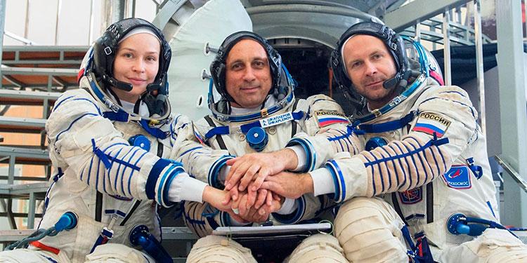 """La actriz rusa Yulia Peresild (I) junto al director de la primera película que se grabará en el espacio """"El reto"""", Klim Shipenko, y el cosmonauta Antón Shkaplerov (C)."""