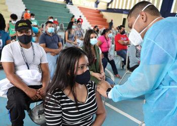 """La vacunación en La Ceiba se realiza en la UTH, Ciudad Mujer, el campo de la AGAA y el Instituto """"Manuel Bonilla"""", Corozal y Sambo Creek."""