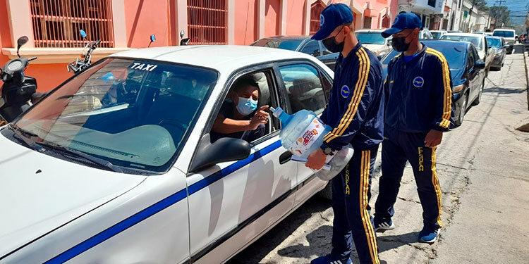 Estudiantes Técnicos de la FAH en los instantes que solicitan ayuda en el Centro Cívico de Honduras.