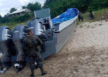 En las imágenes se observa a las autoridades que aseguraron una lancha rápida que transportaba supuesta droga.