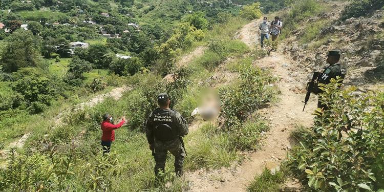 Agentes policiales se desplazaron a la zona para acordonar la escena e iniciar las pesquisas sobre el hecho violento.