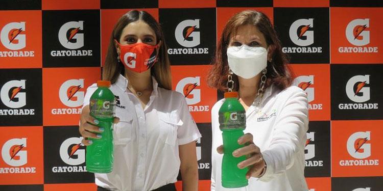 Sharon Diaz, representante de la marca de Gatorade Honduras y Jacqueline Flefil, gerente general del Hospital María.